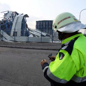 Membro da equipe de resgate observa fábrica de cerâmica destruída na localidade italiana de Sant' Agostino, próximo a Ferrara
