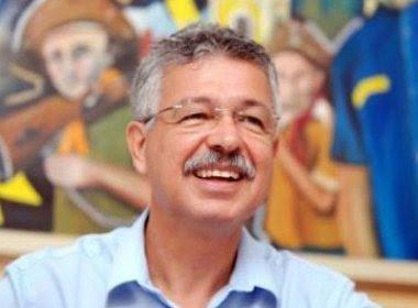 Prefeito reeleito renuncia ao 1º mandato para preparar o 2º