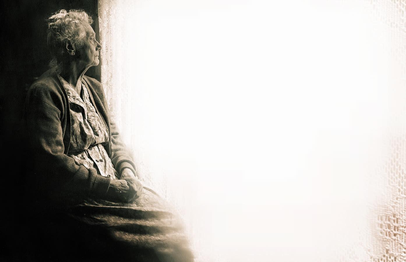 Resultado de imagen para anciana miran hacia el pasado