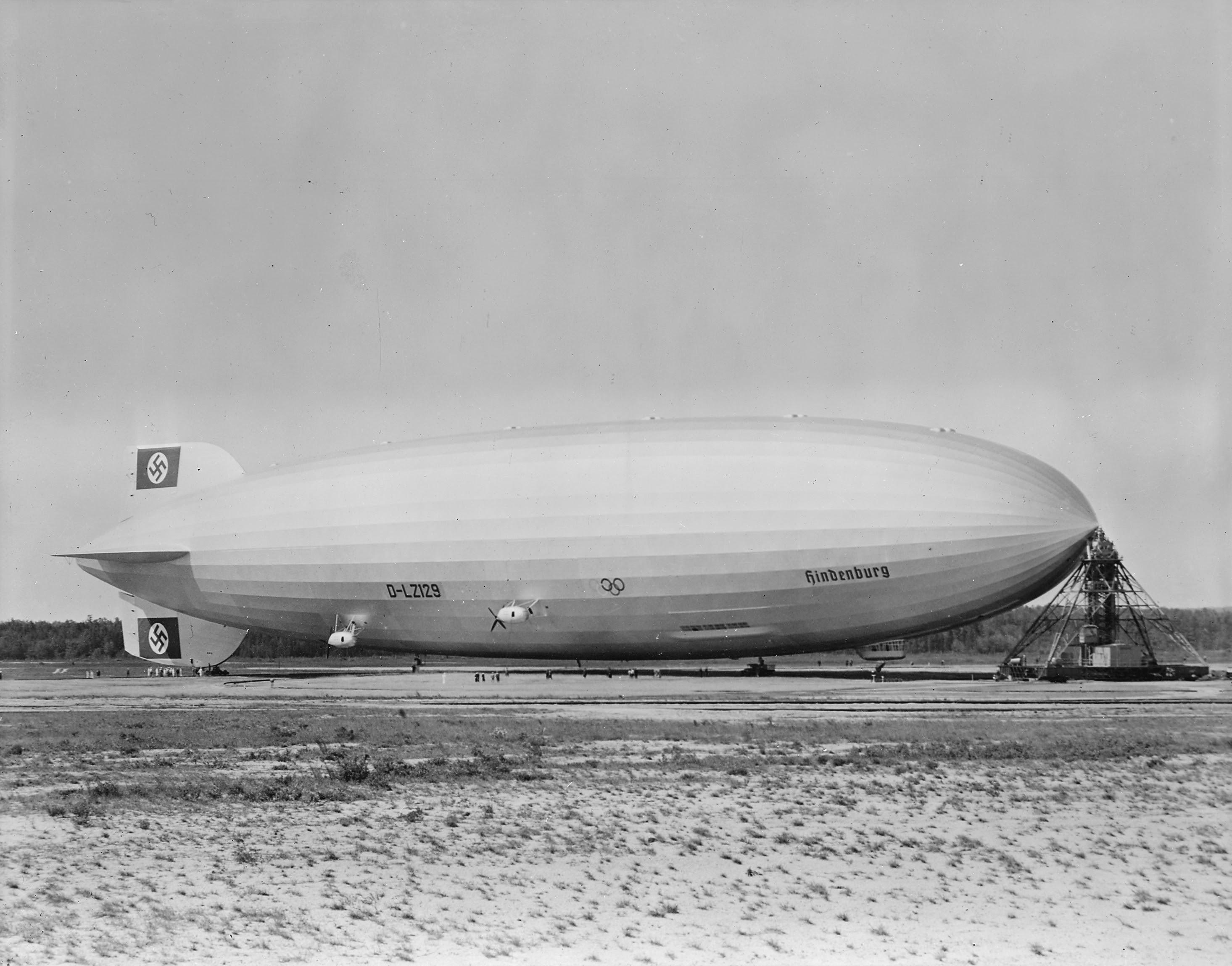 Ficheiro:Hindenburg at lakehurst.jpg