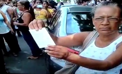 Auxiliar de serviços gerais, Rita de Oliveira, mostra o contracheque zerado e muitas contas prá pagar (foto Bocão News)
