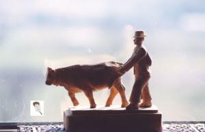 Una de las figuras que talló mientras trabajaba en el campo. Un pastor con vaca de 1922.