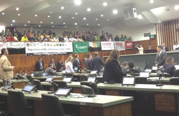 Servidores da Segurança pedem veto à adiamento de reajuste, em Goiás (Foto: Vanessa Martins/G1)