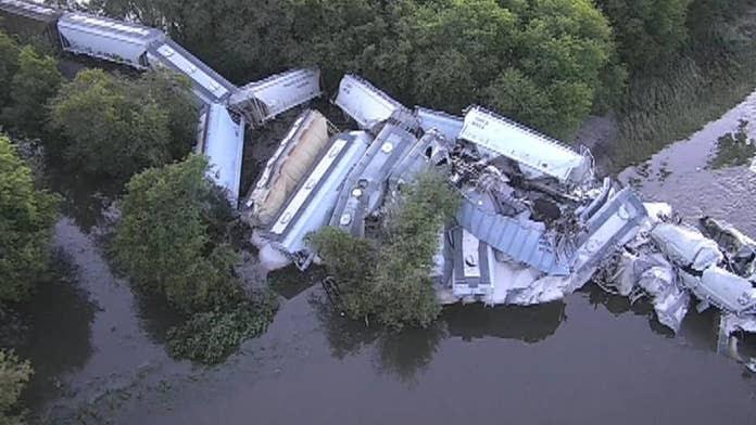 Αποτέλεσμα εικόνας για Iowa freight train derailment sends rail cars plunging into river