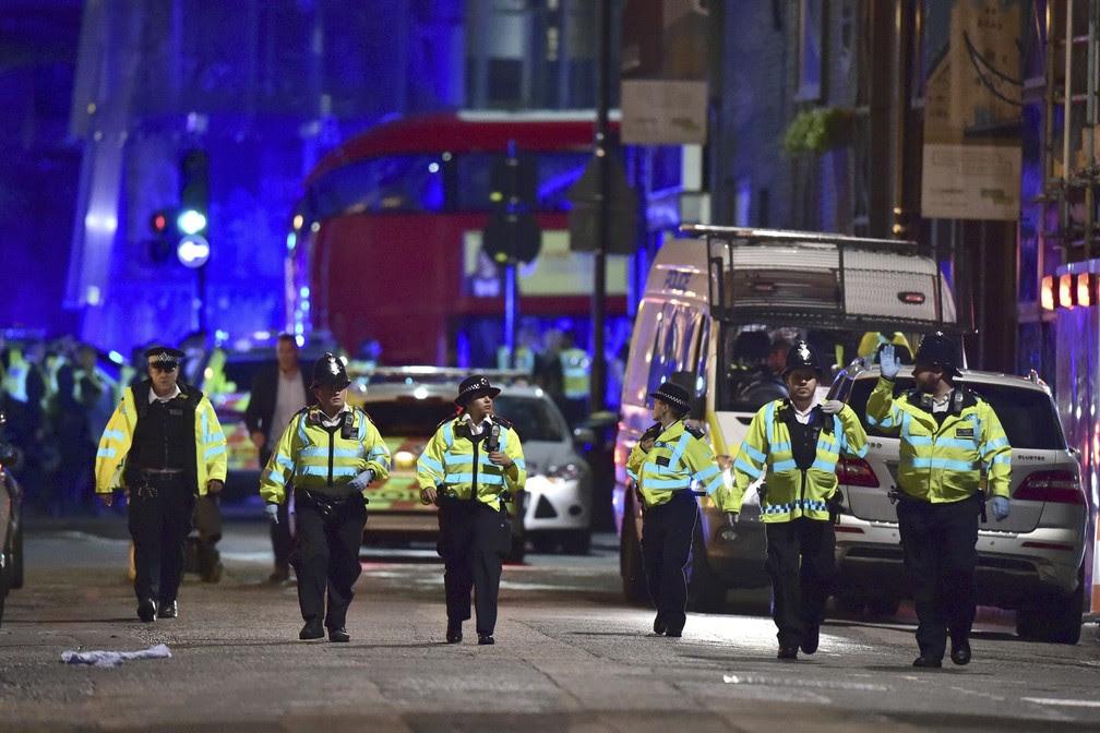 Há relatos de que uma van atingiu pedestres perto da London Bridge (Foto: Dominic Lipinski/PA via AP)