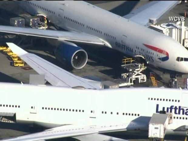 Avião da British em que uma passageira tentou abrir a porta de saída é visto no aroporto de Boston (Foto: Reprodução CNN)