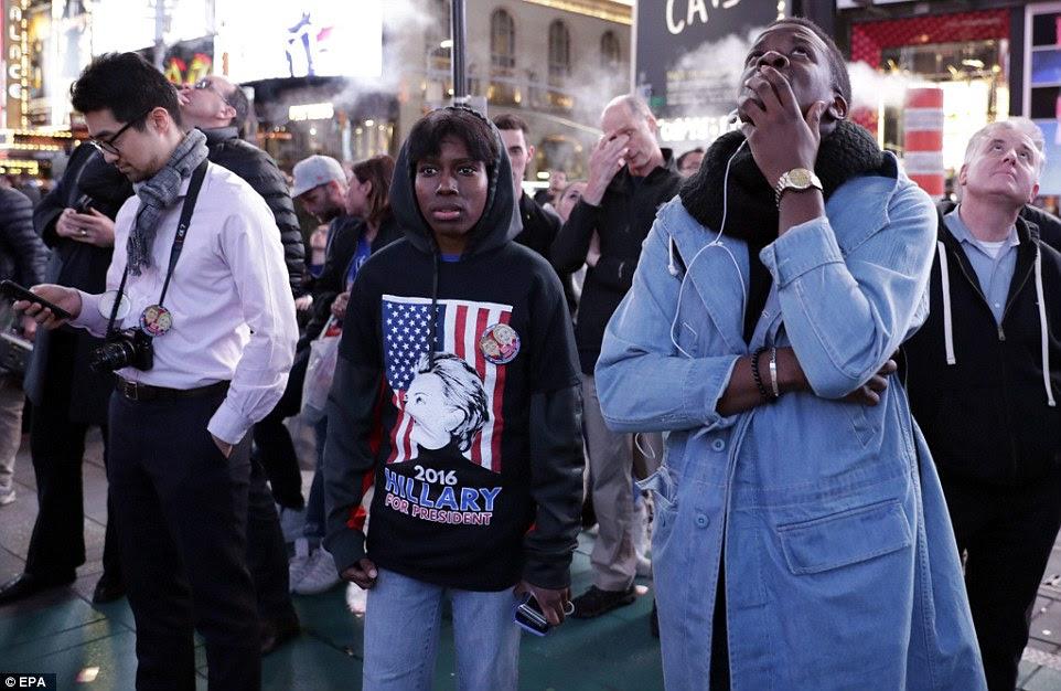Um apoiante de US candidato presidencial democrata Hillary Clinton é visto reagir ao gigante FOX TV notícias jumbotron em Times Square