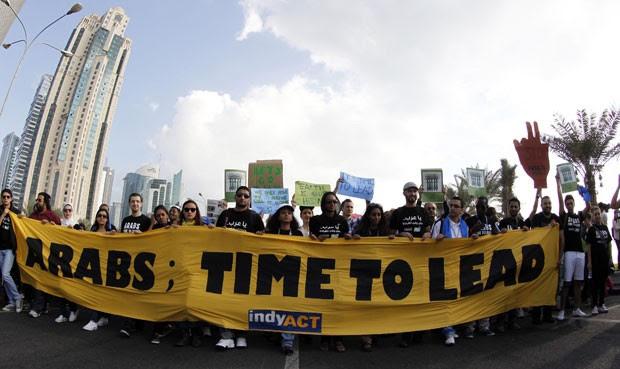 Alguns manifestantes pediam aos países árabes que lideram a discussão internacional que tem o objetivo de reduzir as emissões de gases-estufa e reduzir os impactos da mudança climática global (Foto: Mohammed Dabbous/AP)