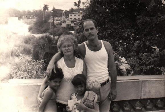 Junto a su madre y sus dos sobrinas en marzo de 1992.