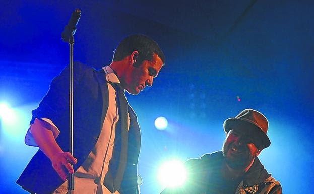 Maldita Nerea . El cantante del grupo, Jorge Ruiz, y uno de los guitarristas, Tato Latorre, en un concierto del pasado año. / MORQUECHO