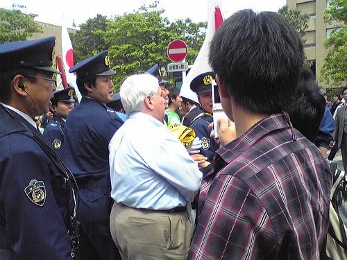 Angry white man during Hu Jintao's Waseda University visit