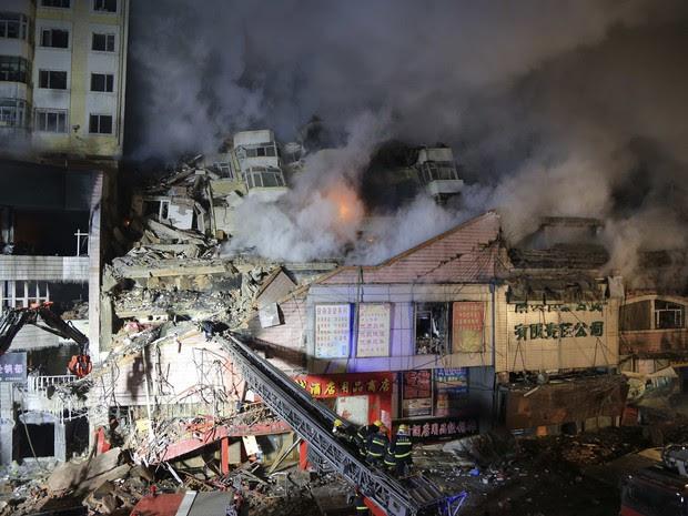 Fogo foi controlado após 20 horas de trabalho dos bombeiros na China (Foto: Stringer/Reuters)