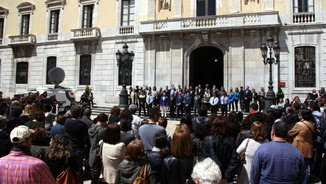 Minut de silenci, davant l'Ajuntament de Tarragona, en record de la víctima de dijous (ACN)