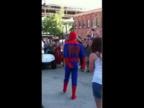 video que muestra a un hombre pidiendo a su novia que se case con el disfrazado de spiderman