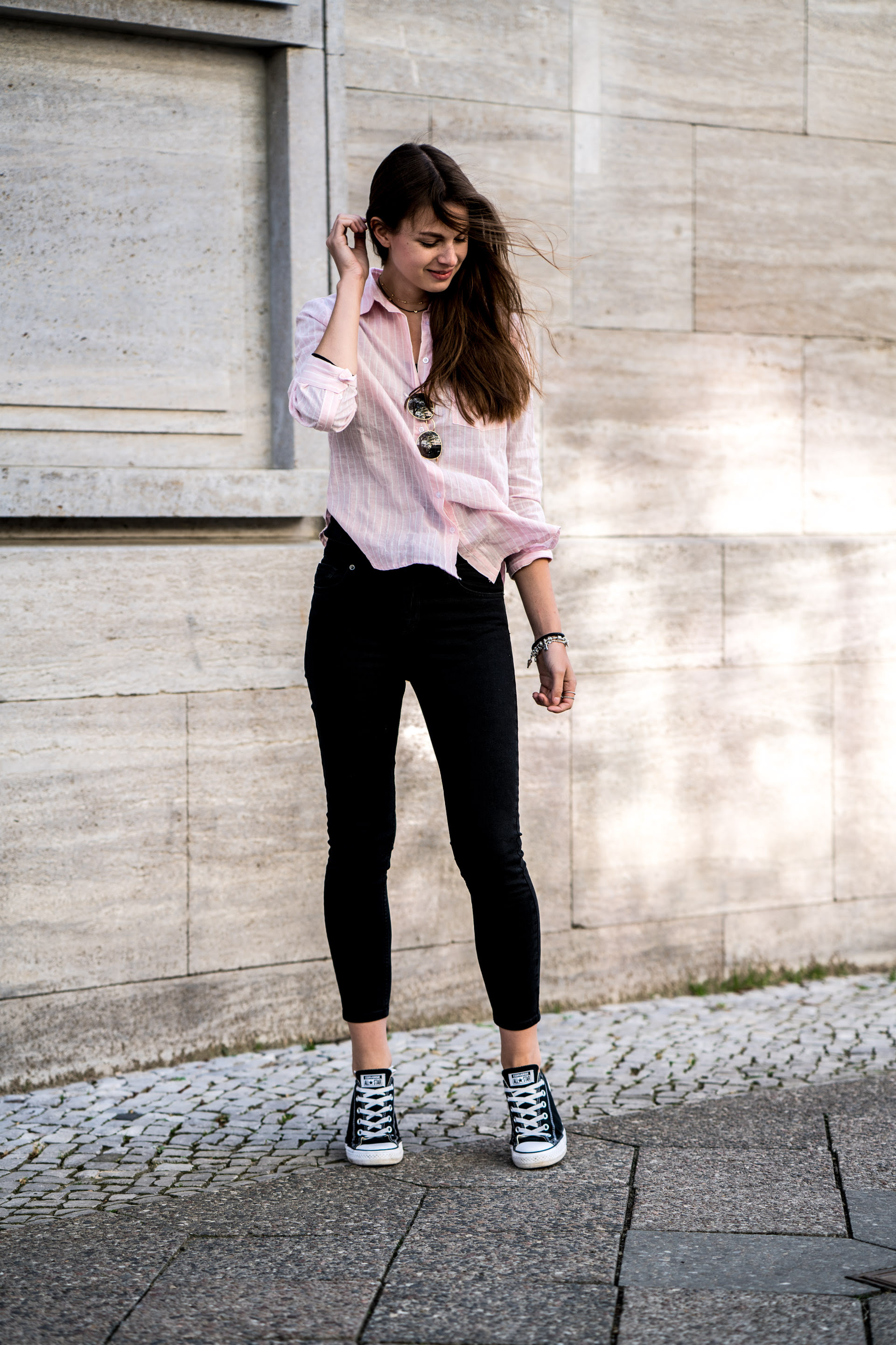 pink shirt and black jeans  casual spring outfit