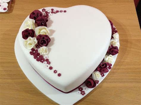Ch? b?n cách làm bánh kem hình trái tim c?c ??p ?? t?ng