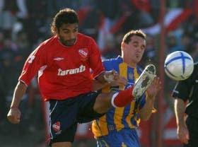 Eluchans, autor del primer gol y una de las figuras de los Rojos, lucha por la pelota con Borzani
