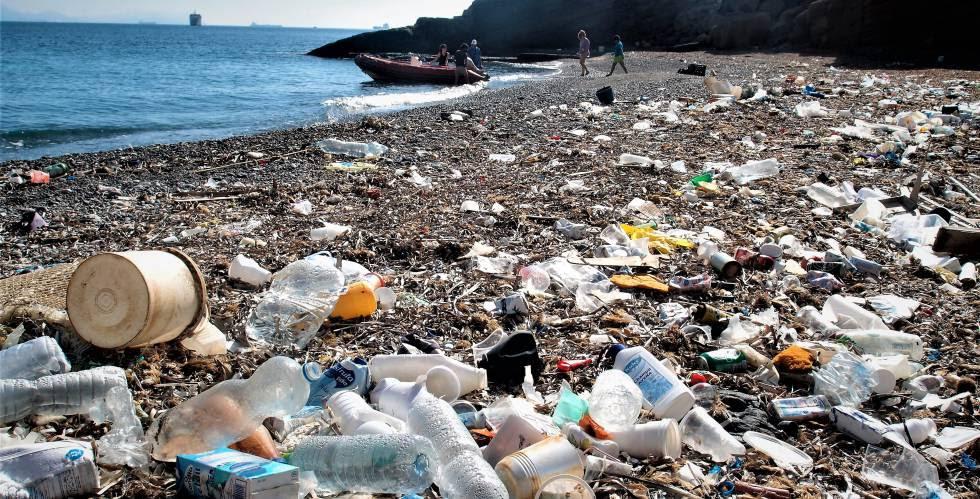 La basura marina ocupa gran parte de la arena del Rincón de Salitrona.