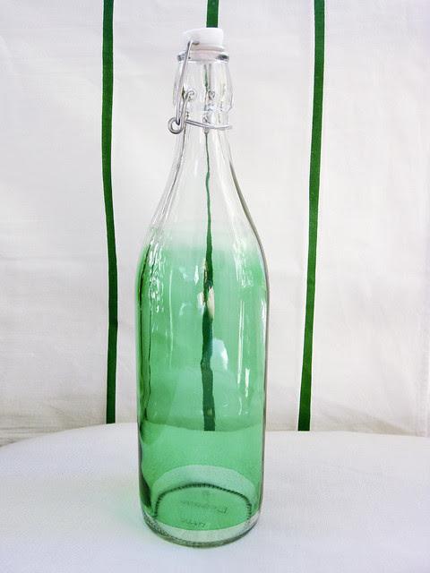 grüne Glasflasche mit Bügelverschluss
