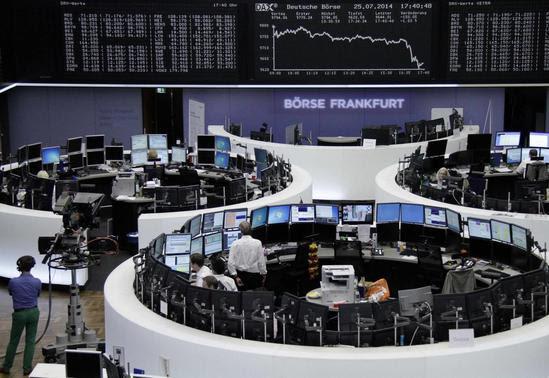 Os comerciantes são retratados em suas mesas em frente à placa DAX na bolsa de Frankfurt 25 de julho de 2014. REUTERS / Remote / Janine Eggert