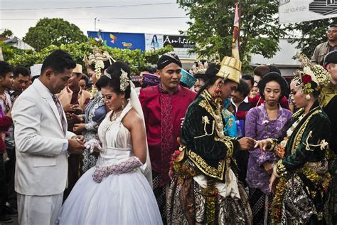 Couples Wed In Indonesia