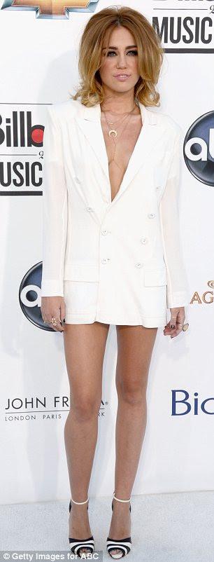 Beyaz sıcak: ceket benzeri Jean Paul Gaultier oluşturma yükselen bir etek boyu ile bir dekolte boyun kombine