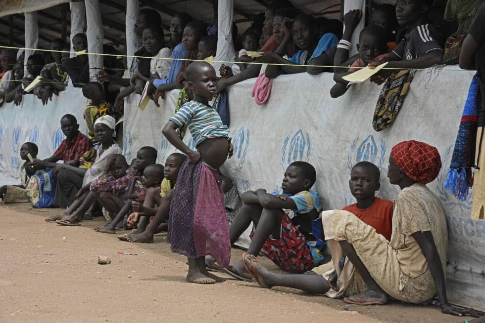 Refugiados de Sudán del Sur en el centro de acogida de Imvepi (Uganda) a la espera de ser registrados.