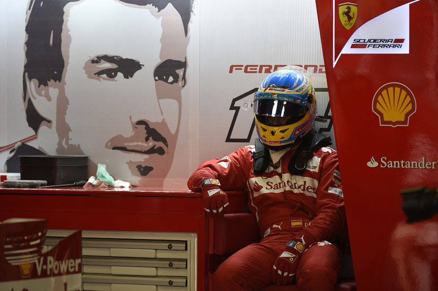 Fernando Alonso fica na garagem adequada para uma nova corrida