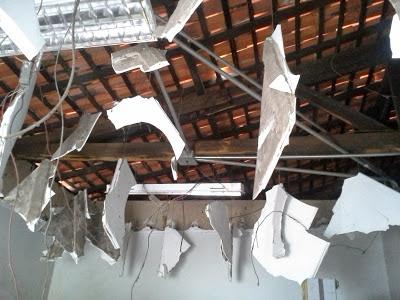 O teto do Banco ficou completamente destruído