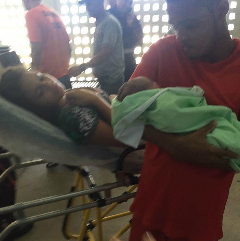 Detento segura filho nos braços (Foto: Ascom/Seris)