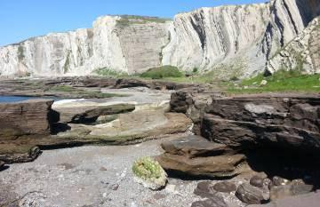 En la playa cementada de Tunelboca puede verse con claridad un estrato de siete metros de sedimentos, restos de escorias vertidas por los altos hornos entre 1902 y 1995.