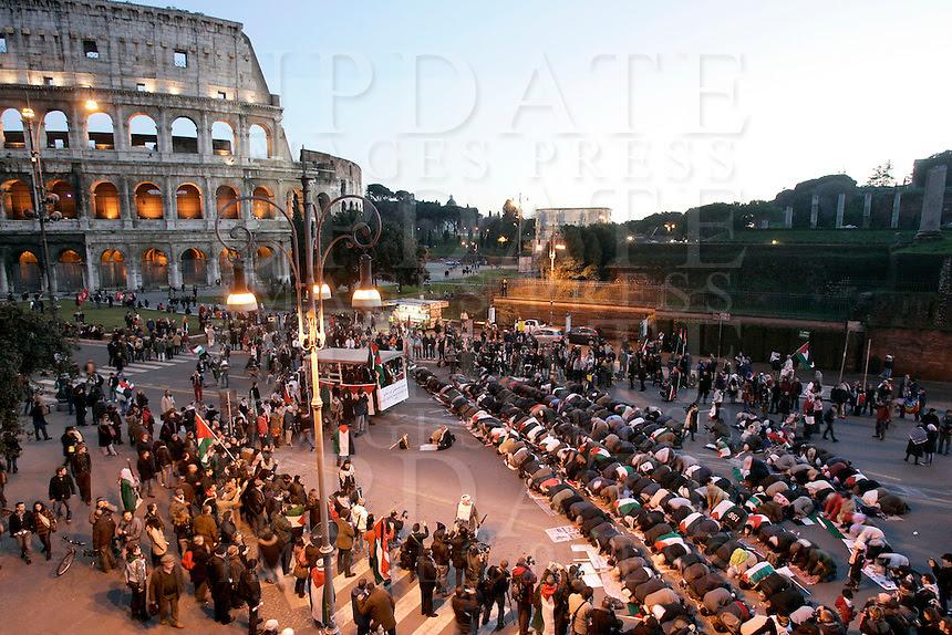 Risultati immagini per manifestazione musulmani a roma colosseo