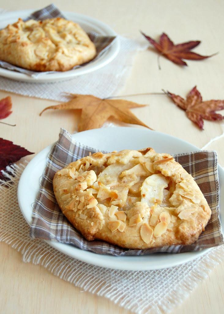 Pear croustade with lemon pastry and almonds / Croustade de pêra com massa de limão siciliano e amêndoas