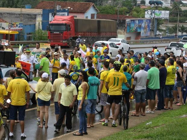 Manifestantes caminharam até a principal ponte da cidade de Ji-Paraná, RO, neste domingo (13). O ato realizado na cidade é contra a corrupção no país. (Foto: Pâmela Fernandes/G1)