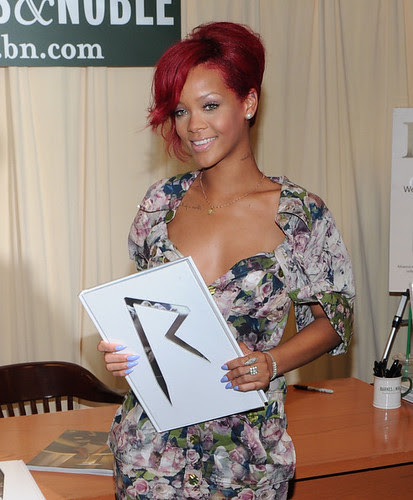 Rihanna+Signs+Copies+Rihanna+m9JcW93U2Hgl