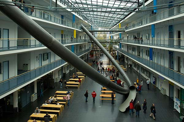 perierga.gr - Όλα τα πανεπιστήμια πρέπει να έχουν μία τσουλήθρα!