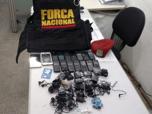 10 pacotes com materiais eletrônicos e drogas foram apreendidos (Foto: Divulgação/ Força Nacional)