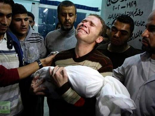 Jihad Masharawi, corresponsal de la BBC, sosteniendo el cadáver de su hijo de 11 meses, Ahmad, muerto durante el ataque aéreo israelí a Gaza