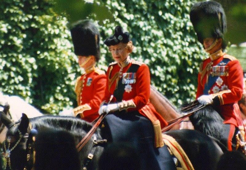 Archivo:ElizabethIItroopingcolour crop.jpg