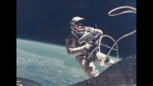 Ed White en el primer paseo espacial realizado por un estadounidense.