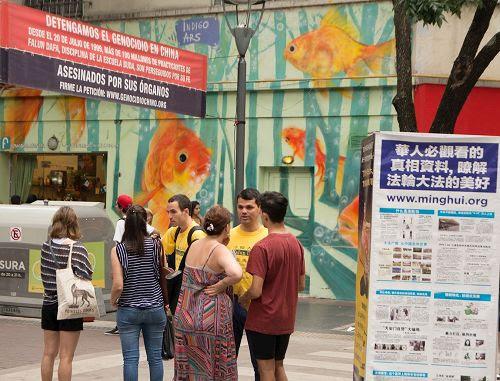 '图4、5:法轮功学员在阿根廷首都布宜诺斯艾利斯中国城举行弘法讲真相活动'