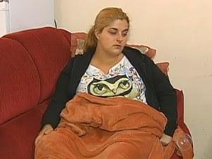 Jovem toma remédios para controlar a dor  (Foto: Reprodução / TV TEM)