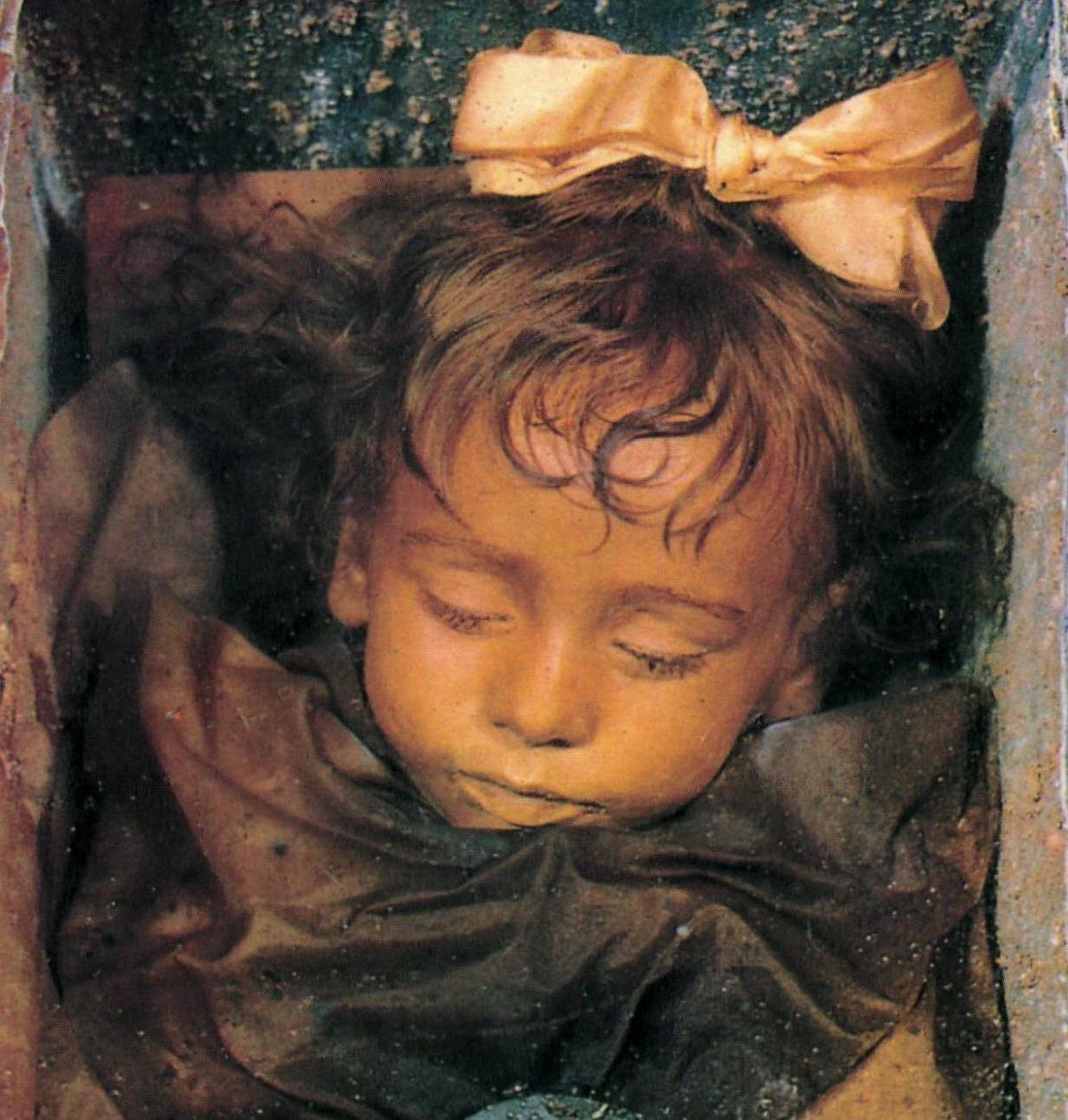 Menina mumificada há 94 anos abre e fecha os olhos todos os dias