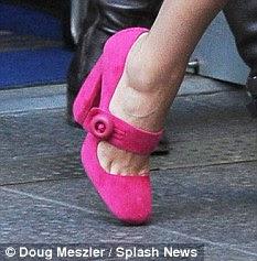 Atraente: sapatos de Jessica featured saltos robustos com um detalhe fivela