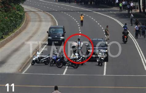 foto  teroris tembak polisi terekam kamera