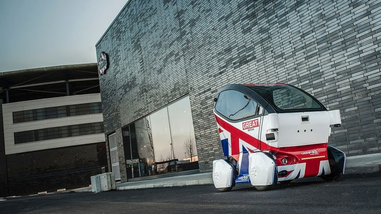 Montagem mostrando centro de Milton Keynes com os carros para duas pessoas (Divulgação)