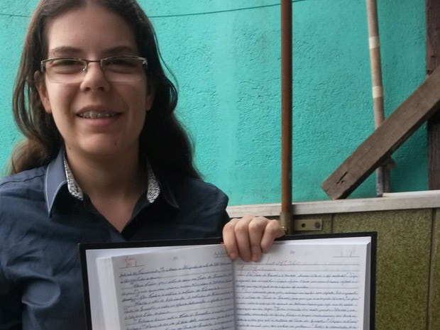 Cristã evangélica, Lauane Destro Viana demorou apenas oito meses para manuscrever a Bíblia  (Foto: Arquivo recordista)