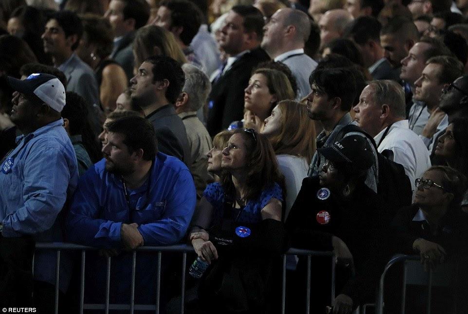 Os defensores assistir resultados de eleição em multidão de pessoas de Clinton fora de noite comício do candidato no K. Javits Convention Center Jacob