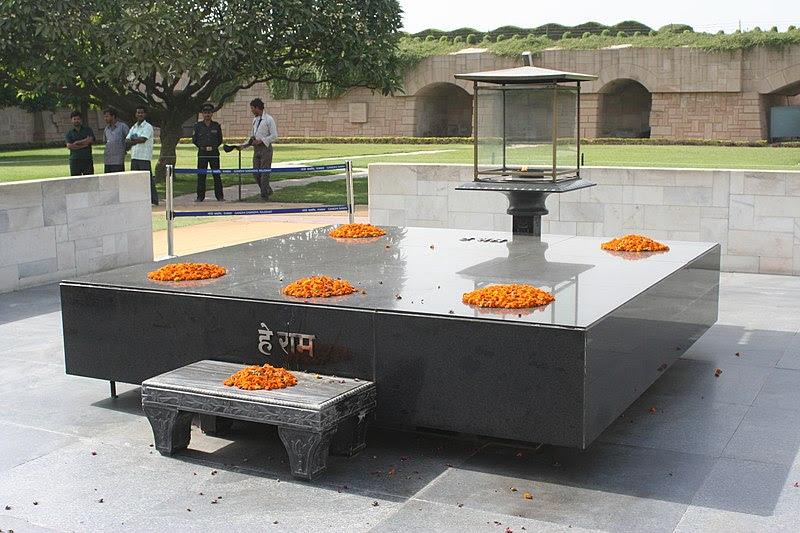 800px-Gandhi%27s_Tomb.jpg