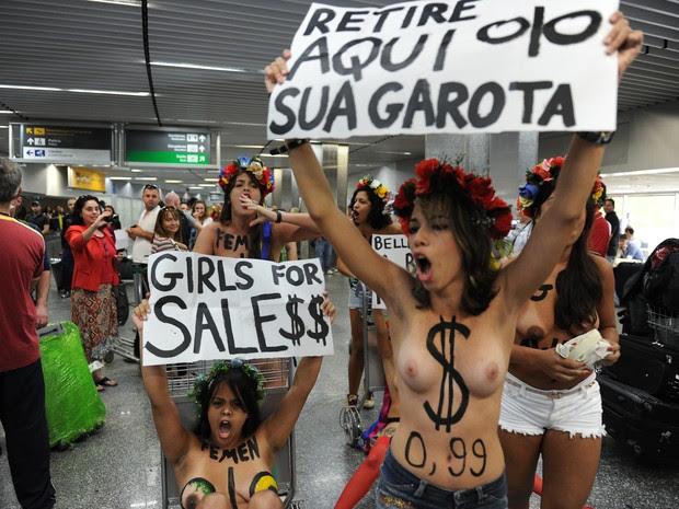 Ativistas do Femen protestam contra turismo sexual no aeroporto do Galeão, no Rio de Janeiro, nesta sexta-feira (8) (Foto: AFP PHOTO/VANDERLEI ALMEIDA)